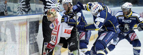Antti Pihlström Blues-pelaajien ahdistamana.