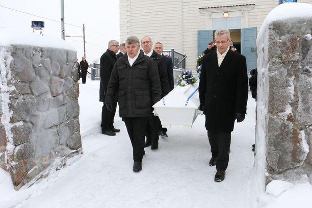 Simolainen sotaveteraani Armas Ilvo laskettiin isänmaan poveen Simon hautausmaalle.