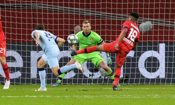 Lukas Hradecky oli Bayer Leverkusenin pelastaja. Suomalaisveskari torjui jalallaan Álvaro Moratan tasoitusyrityksen.