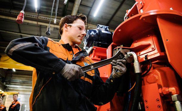 Sandvik kärsii jonkinasteisesta työvoimapulasta. Kuvassa asentaja Vili Toiva.