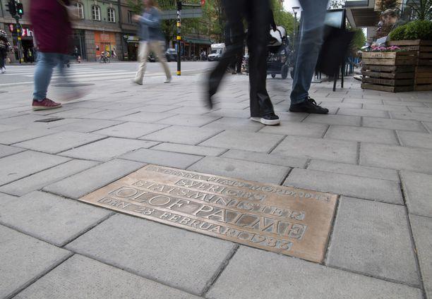 Muistolaatta Sveagatanin kulmassa osoittaa paikan, jossa Palme murhattiin 34 vuotta sitten.