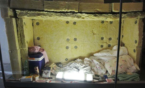 Sieppaaja-Turunen (nyk. Louhi) rakensi tämän äänieristetyn kopin, jossa hän piti sieppaamaansa naista vankina 17 vuorokautta. Tapauksesta seurasi Suomen historian suurin poliisioperaatio.