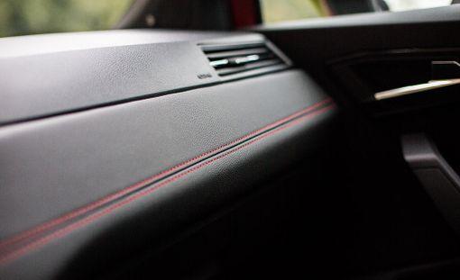 Yksityiskohta FR-varustetason autosta.