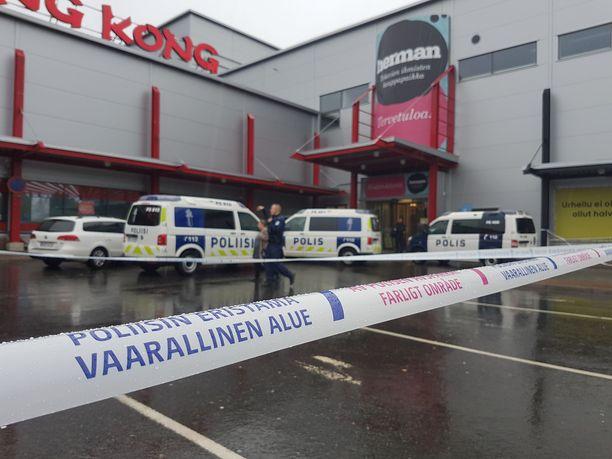 Poliisi eristi alueen ja evakuoi sisällä olleet henkilöt.