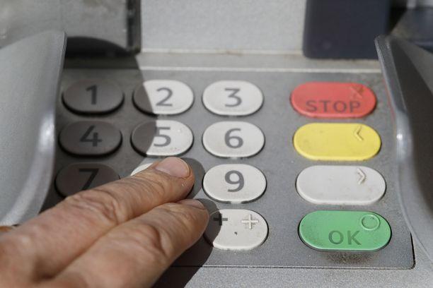 PIN-koodi kannattaa peittää huolellisesti kortinlukulaitteita käyttäessä.
