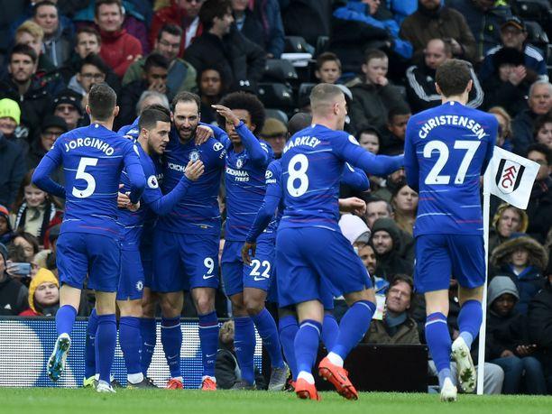 Gonzalo Higuain (keskellä) iski Chelsean avausmaalin.