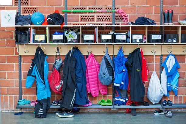 THL:n suosituksen mukaan alakoululuokat tulisi pitää erillään koko koulupäivän ajan.