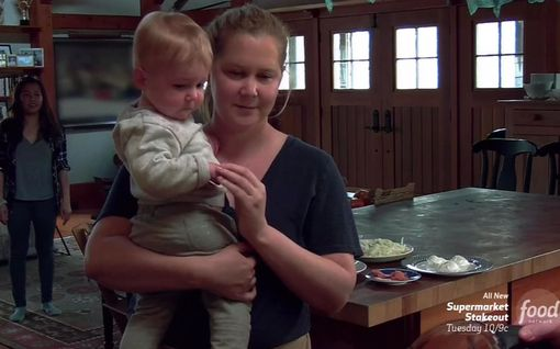 """Amy Schumerin poika oppi sanomaan """"isä"""" – oppimishetki päättyi itkuun"""