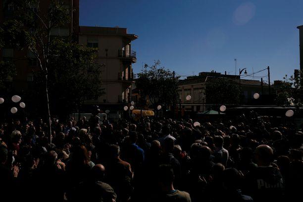 Ihmiset kerääntyivät jo lauantaina Julenin kodin ulkopuolelle, pitivät hiljaisen hetken ja vapauttivat kädessään olevat ilmapallot.
