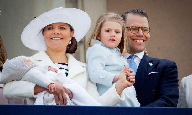 Prinssi Oscar esiteltiin kansalle huhtikuussa. Daniel onnellisena Estelle sylissään.