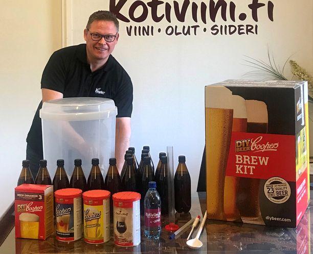 Viinitalo Melkon toimitusjohtaja Janne Kettula kertoo, että kotiviinin lisäksi moni on innostunut korona-aikana valmistamaan olutta kotioloissa. Helpoimmillaan lager-olutta pystyy tekemään valmiista uutteesta.