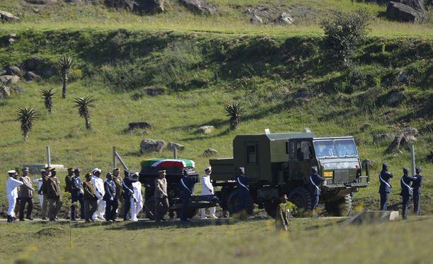 Nelson Mandela kuljetettiin saattueessa hänen kotikylässään järjestettävän hautajaisseremonian pitopaikalle.