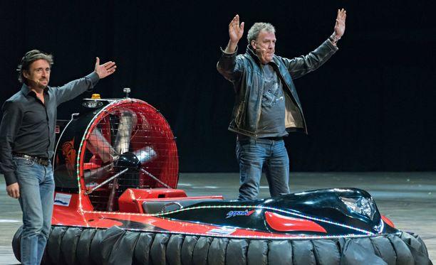 Jeremy Clarkson (oik.) sai potkut Top Gearista epäasiallisen käytöksen vuoksi keväällä 2015. Hän muun muassa kävi käsiksi ohjelman tuottajaan.