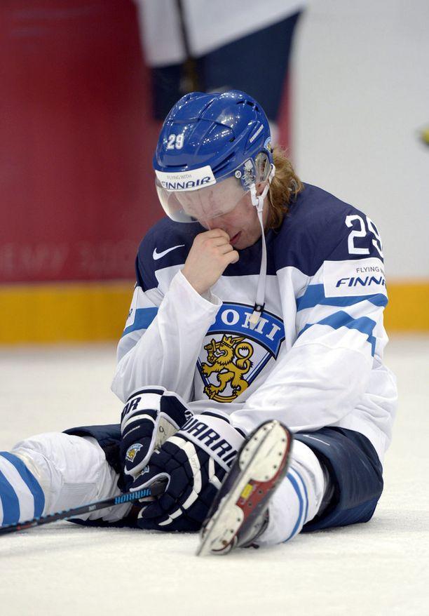 Patrik Laine istui jäällä maansa myyneenä finaalitappion jälkeen.