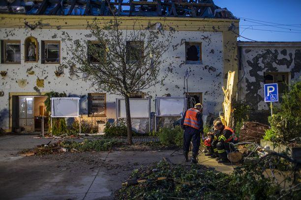 Pelastajia tuhoutuneen rakennuksen edustalla Moravska Nova Vesin kaupungissa.