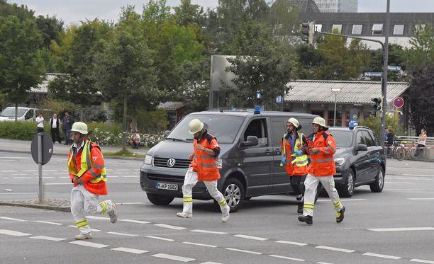 Saksan Münchenissä sijaitsevassa ostoskeskuksessa on ammuttu laukauksia. Ainakin kolmen ihmisen on vahvistettu kuolleen.