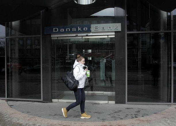 Danske Bankin virolaisen tytäryhtiön epäillään pesseen rahaa yli seitsemän miljardin euron arvosta. Kuva pankin konttorin edustalta Tallinnassa.