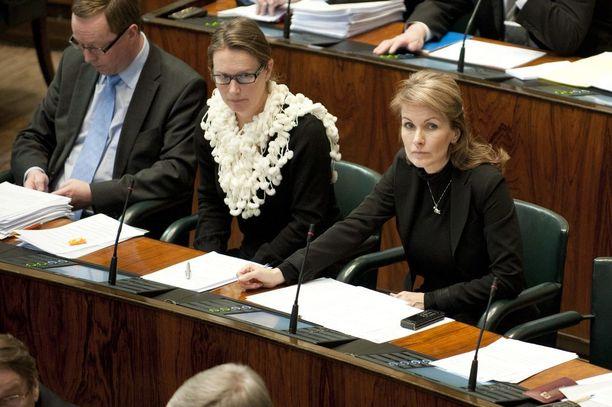 Keskustan Katri Komi, 49, ja Tanja Karpela, 47, istuivat eduskunnassa vierekkäin. Nyt Komi ja Karpela ovat molemmat sopeutumiseläkkeellä.