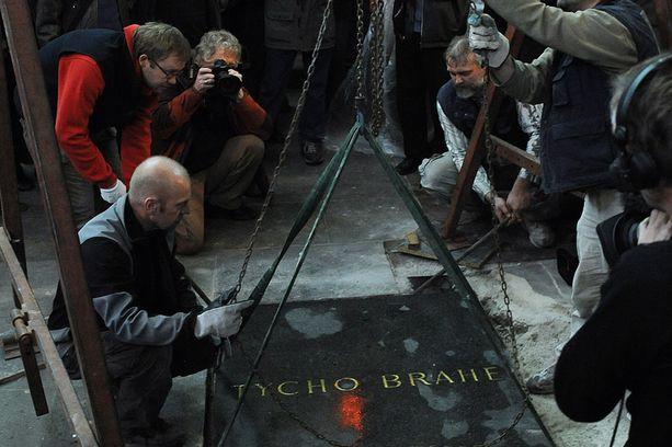 Arkeologit nostivat Tyko Brahen hautakiven.