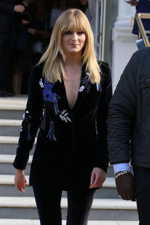 Sophie Turner osallistui keskusteluohjelmaan mustassa koristellussa jakussa.