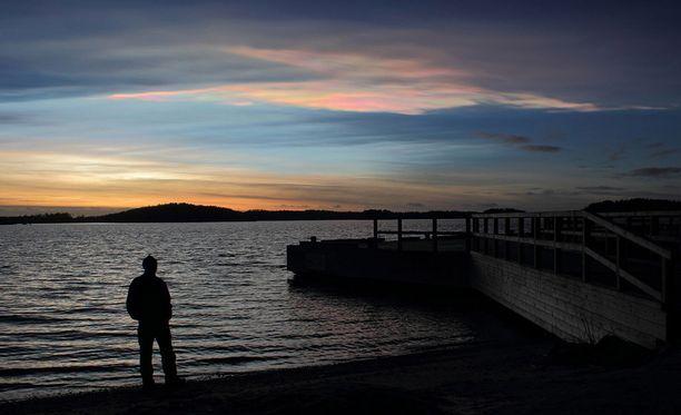 Helmiäispilvet toivat auringonlaskuun näyttäviä pastellisävyjä.