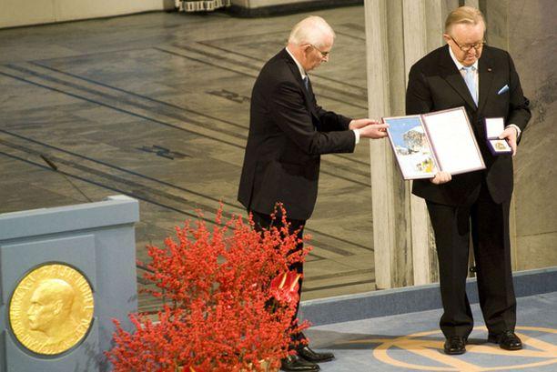 Ahtisaari vastaanotti rauhanpalkinnon.