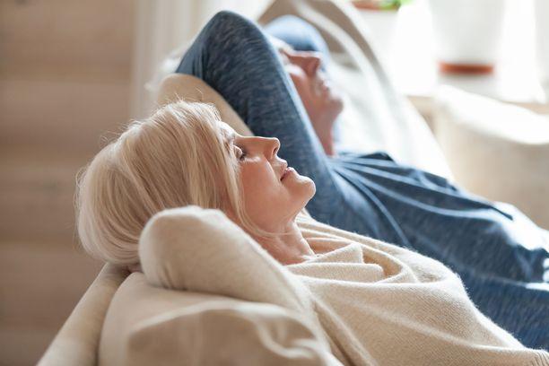 Riittävä uni ja palautuminen ovat tärkeitä myös tyypin 2 diabeteksen ehkäisyssä. Stressi nostaa verensokeria ja väsyneenä syö helpommin mitä sattuu. Ihan kokonaan sohvaperunaksi ei kuitenkaan kannata heittäytyä.