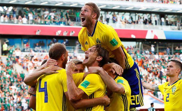 Ruotsi murskasi Meksikon ja voitti alkulohkonsa. Ola Toivonen tuulettaa päällimmäisenä.