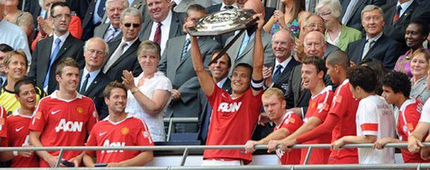 ManU:n kapteenina toiminut Nemanja Vidic pääsi nostamaan Community Shield -voittolautasta.