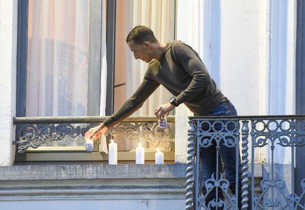 Mohammed Abdeslam sytytti kynttilöitä Pariisin iskujen uhreille viisi päivää tapahtuneen jälkeen marraskuussa 2015.