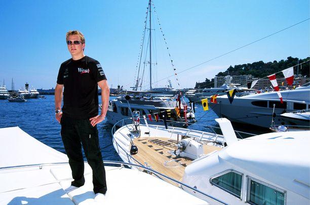 Kimi Räikkönen viihtyy veneissä. Tässä kuvassa hän poseeraa paatilla Monacon satamassa vuonna 2003.