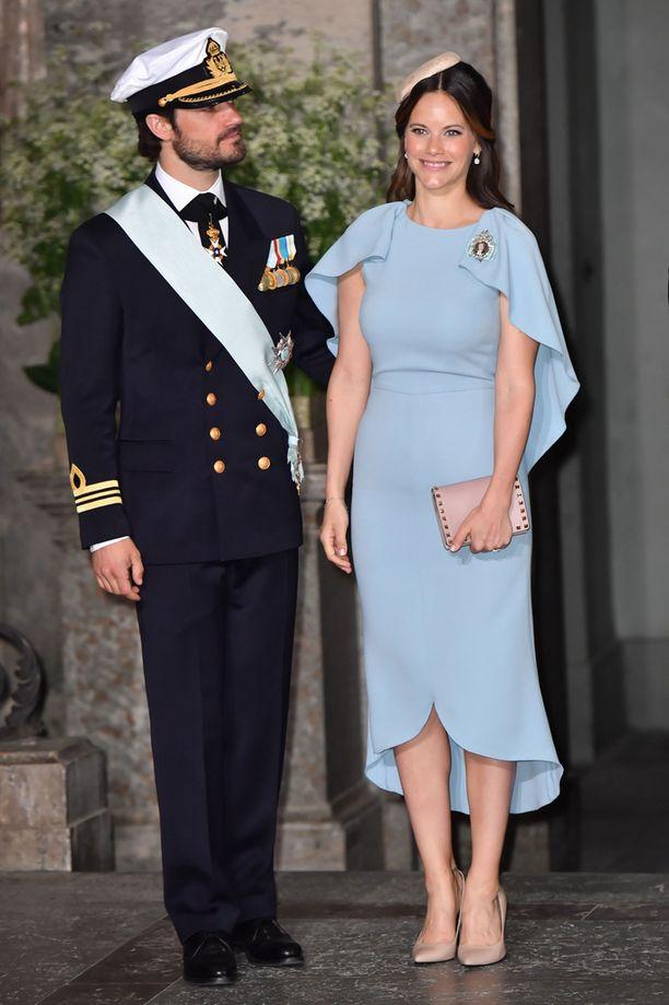 Prinsessa Sofian heleän sininen kotelomekko imarteli muotoja.