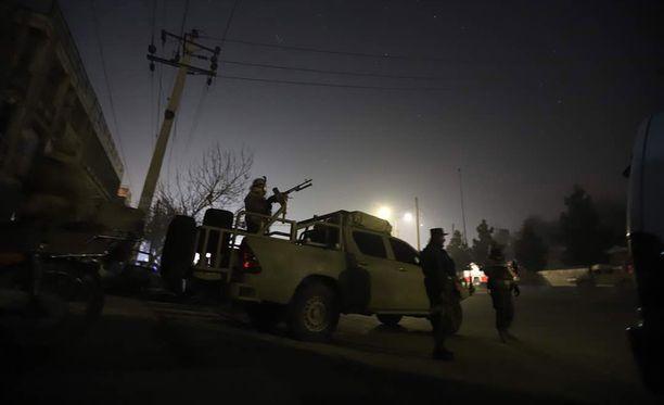 Asemiesten hyökkäyksen kohteeksi joutuneen Intercontinental-hotellin lähettyville on kerääntynyt Afganistanin turvallisuusjoukkojen sotilaita.