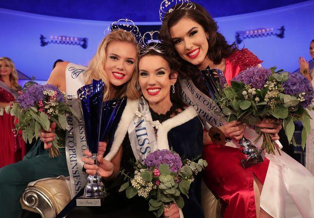 Kuvassa Miss Suomi -kolmikko vuodelta 2017. Miss Suomeksi valitti Michaela Söderholm, Adriana Gerxhalija, oik., sijoitui ensimmäiseksi perintöprinsessaksi ja Pihla Koivuniemesta tuli toinen perintöprinsessa.