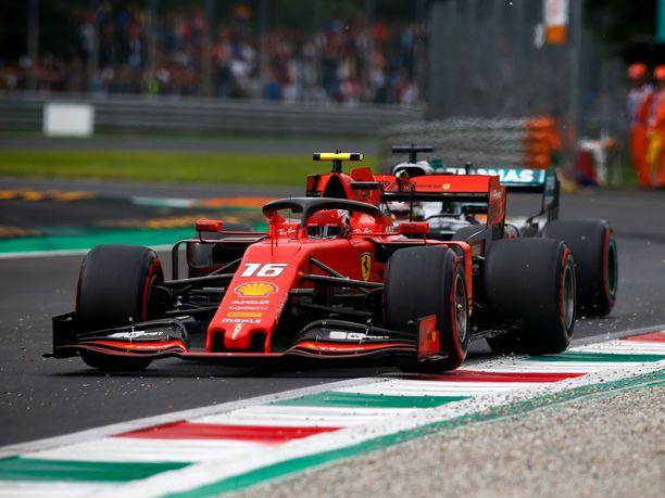 Lewis Hamilton ei päässyt Charles Leclercin ohi kaksi viikkoa sitten Monzassa.