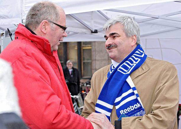 Håkan Juholt kampanjoi aamupäivällä Helsingissä yhdessä Eero Heinäluoman kanssa.