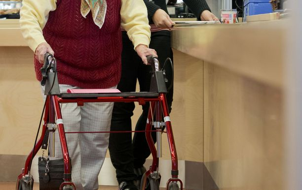 Hallitus haluaa puuttua vanhustenhoidon laiminlyönteihin ja epäkohtiin säätämällä sitovan hoitajamitoituksen lakiin.