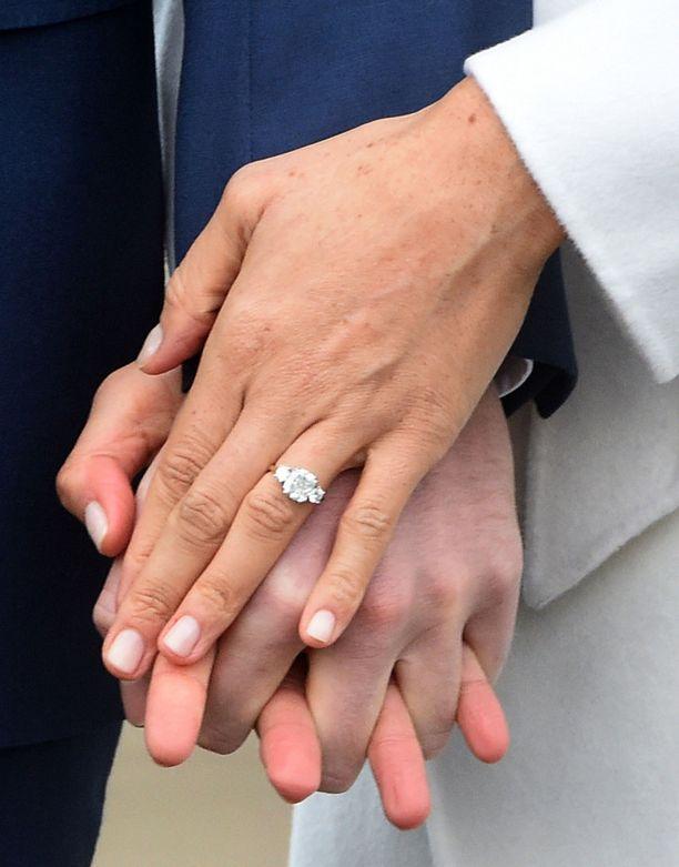 Meghan Markle on saanut tulevalta aviomieheltään näyttävän sormuksen.