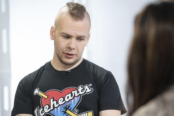 Juha Riikonen kärsi nuorena ahdistuksesta sekä masennuksesta ja oli kuudesti suljetulla osastolla.