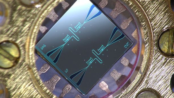 Tutkijatohtori Kuan Yen Tanin ottama valokuva senttimetrin kokoisesta piisirusta, jossa on rinnakkain kaksi suprajohtavaa värähtelijää ja niihin kytketyt kvanttipiirijäähdyttimet.