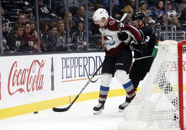 Härkämäinen Mikko Rantanen suojaa kiekkoa erinomaisesti. Turkulainen johtaa NHL:n pistepörssiä.