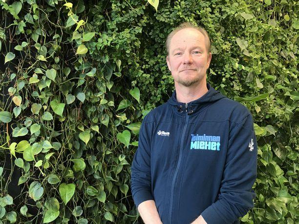 """Jukka Lagerblom on vapaahtoinen luurimies. """"Joku itsemurha jää ehkä tekemättä ja joku sairastumatta alkoholismiin"""", hän perustelee vapaaehtoistyötään."""