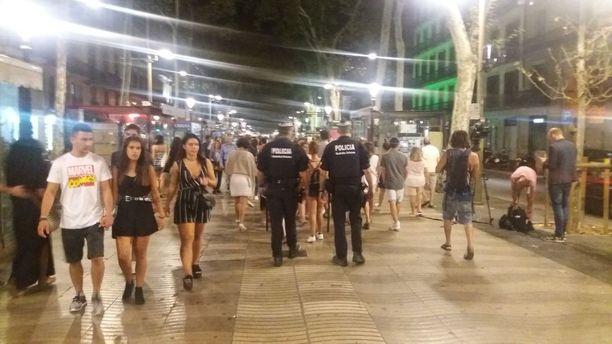 La Ramblan pohjoispää oli tarkassa poliisivalvonnassa yhä myöhään perjantai-iltana.