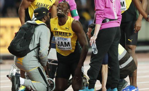 Usain Boltia hoidettiin kisan jälkeen kentällä.