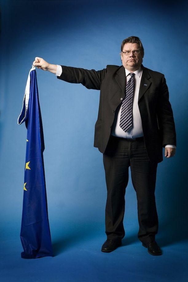 Ulkoministeri Soini tuskin retuuttaisi EU-lippua. Kuva lokakuulta 2010.