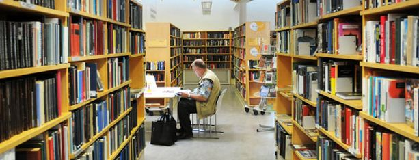 Helsingin kirjastoverkko on joutumassa karsinnan alle.