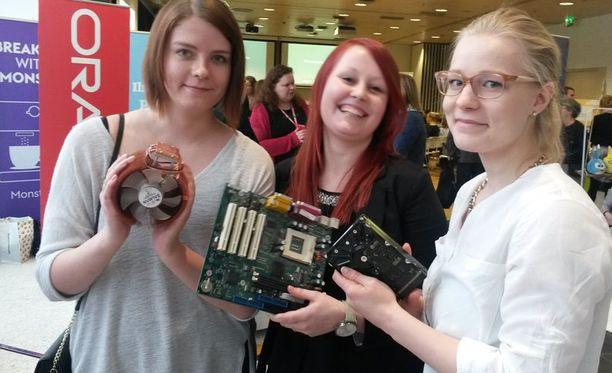 Tuotantotaloutta opiskeleville Fanni Laurilalle (vas.), Laura Yltävälle ja Tiina Haajaselle tietokoneen osien tunnistaminen oli helpompi rasti kuin sushinrullaus.