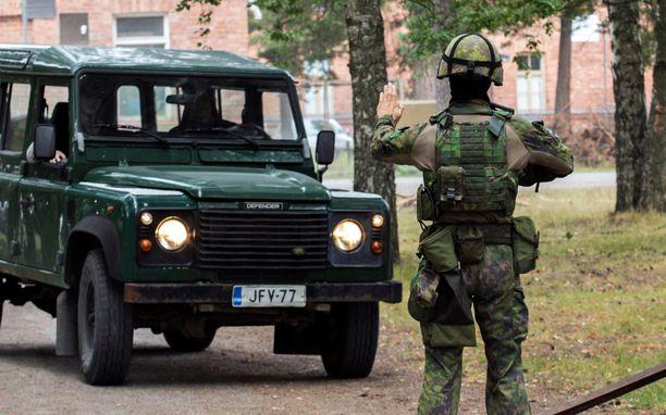 Puolustusvoimat selvittää nyt, miten varusmies oli saanut auton avaimet haltuunsa (arkistokuva, kuvan auto ja henkilöt eivät liity tapaukseen).