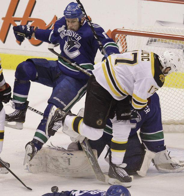 Vancouverin puolustaja Sami Salo kaatuu maalinedushässäkässä.