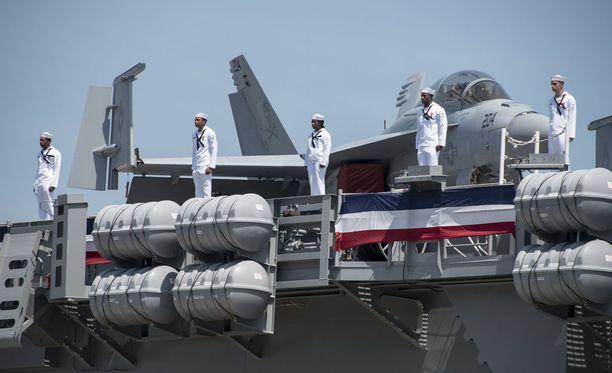 Ydinkäyttöisen lentotukialuksen aseistuksena on yli 60 lentokonetta.